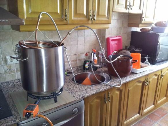 Aquí vemos la salida del agua (grifo) a la olla con el prechiller con agua con hielo y luego como la manguera va al enfriador principal en la olla de cocción.
