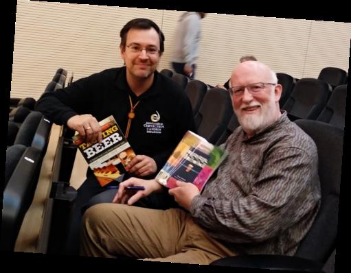 Manuel Jim. de Cervezomicón y Randy Mosher posando lozanos en plena firma de libros.